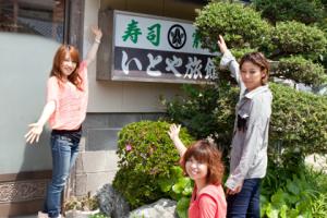 入り口の様子。お寿司屋でも有名な宿です。